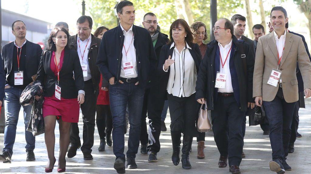 El secretario general del PSOE, Pedro Sánchez, y la presidenta, Cristina Narbona, junto a otros líderes socialistas, se dirigen a la reunión del Comité Federal del partido, tras haber celebrado el Consejo de Política Federal, esta mañana en Alcalá de Henares (Madrid).
