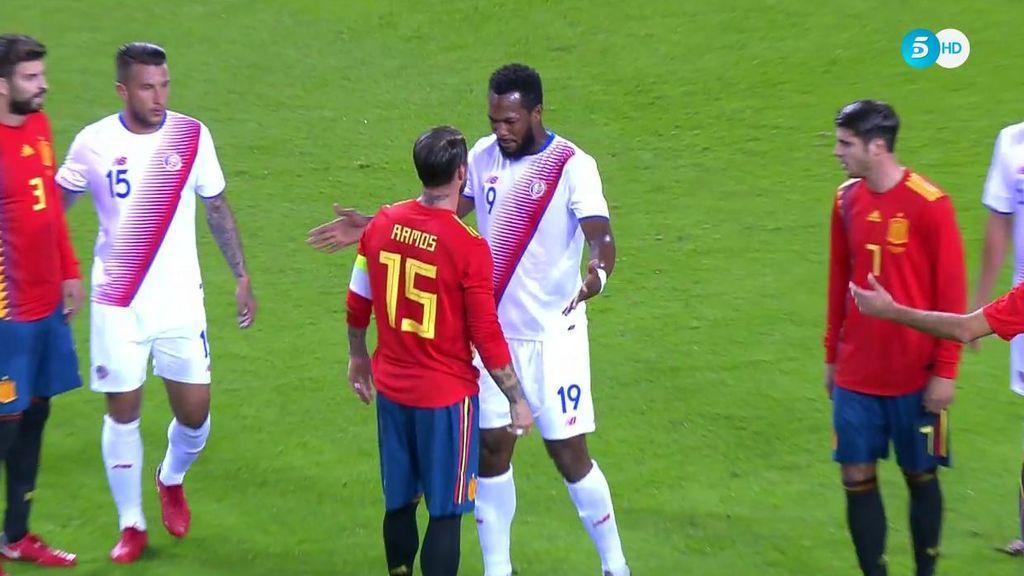 Saltan chispas entre Sergio Ramos y Waston: empujón y encontronazo de dos torres