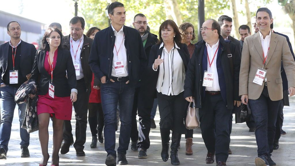 El secretario general del PSOE, Pedro Sánchez, y la presidenta, Cristina Narbona, junto a otros líderes socialistas, se dirigen a la reunión del Comité Federal del partido, tras haber celebrado el Consejo de Política Federal, esta mañana en Alcalá de Henares (Madrid)