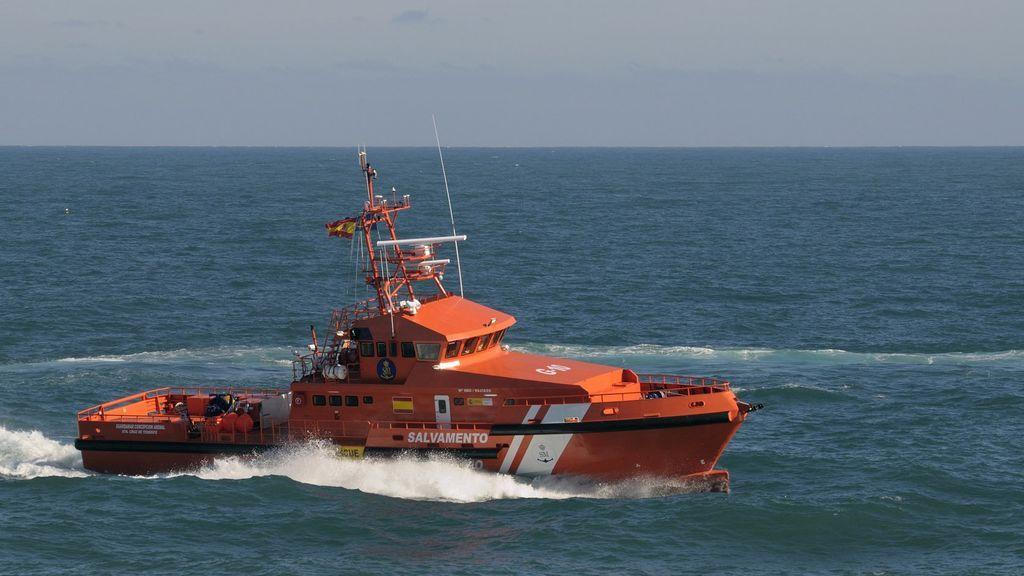 Rescatan una patera con 35 personas, entre ellas un bebé, que llevaba más de 24 horas en el mar