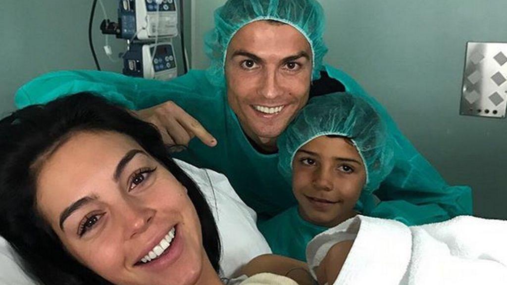 ¡Alana Martina ya está aquí! Cristiano y Georgina presentan a su nueva hija desde la habitación del hospital
