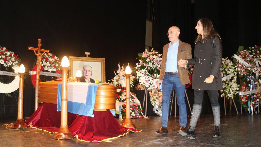 Famosos y anónimos en el emotivo adiós a Chiquito en su capilla ardiente