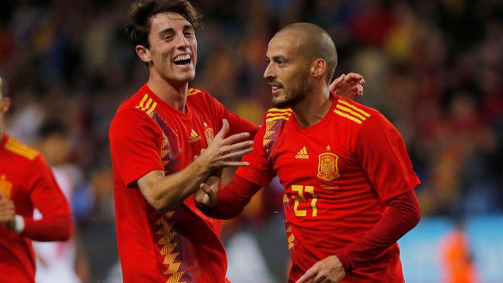 Los jugadores de la selección española de fútbol Álvaro Odriozola y David Silva celebran uno de los tantos anotados ante Costa Rica.