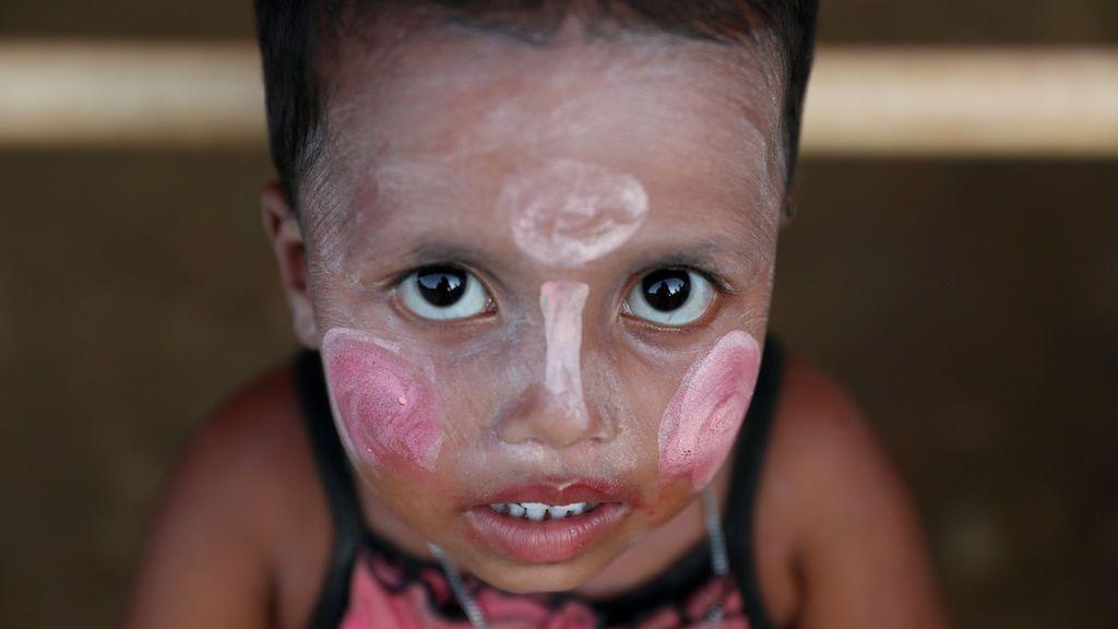 Una niña refugiada rohingya se aplica maquillaje en el campo de refugiados de Balukhali en Cox's Bazar, Bangladesh