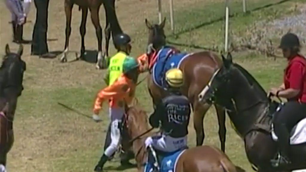 El puñetazo de un jockey a su caballo después de la carrera indigna a Australia y le cuesta la expulsión