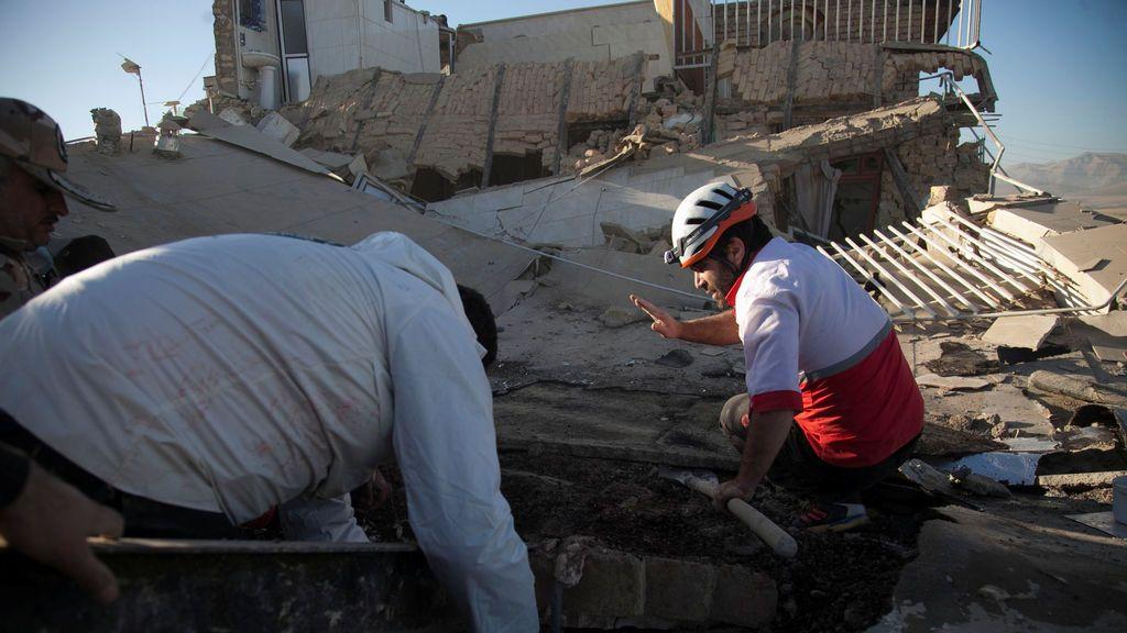 Un niño herido es atendido después de un terremoto en el condado de Sarpol-e Zahab en Kermanshah, Irán