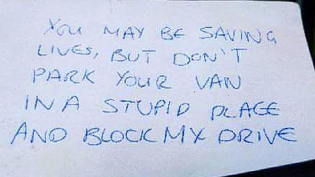Un desconocido deja una nota de protesta en el parabrisas de una ambulancia porque bloqueaba el paso