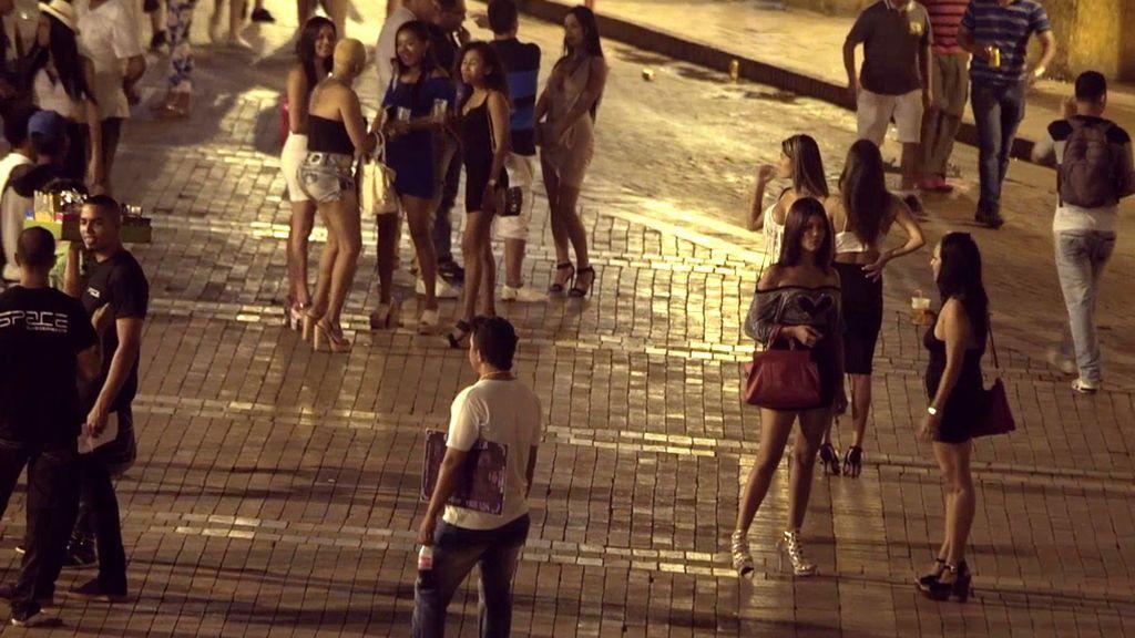 Una plaza de Cartagena de Indias, plagada de proxenetas ofreciendo sexo con menores