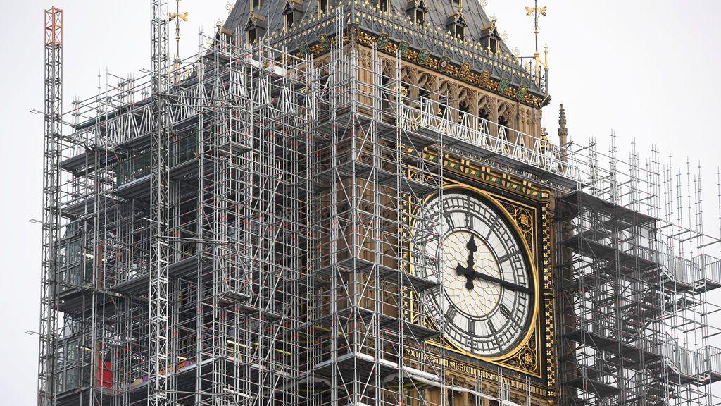 El Big Ben, se ve envuelto en andamios, sobre las Casas del Parlamento, en el centro de Londres, Gran Bretaña