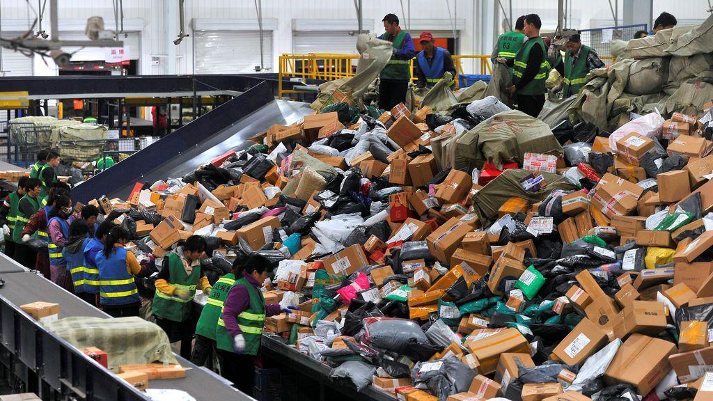 Los empleados clasifican cajas y paquetes en un centro logístico de la compañía de entrega BEST Express, después del festival de compras en línea del Día de solteros, en Jinan, provincia de Shandong, China