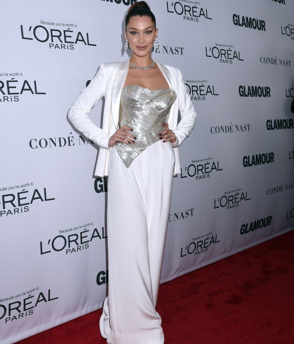 Bella Hadid arriesgó con un traje blanco de chaqueta y pantalón de Cristina Ottaviano