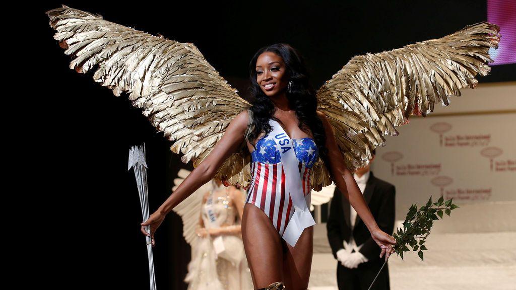 Shanel James, representando a los Estados Unidos con un vestido nacional, posa en la pasarela en el 57º concurso de belleza Miss International en Tokio, Japón