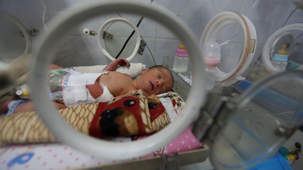 Un bebé prematuro yace en una incubadora en la unidad de cuidado infantil de un hospital en Sanaa, Yemen