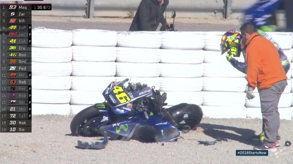 Valentino Rossi destroza su moto en dos en el mismo punto de otra salvaje 'salvada' de Márquez