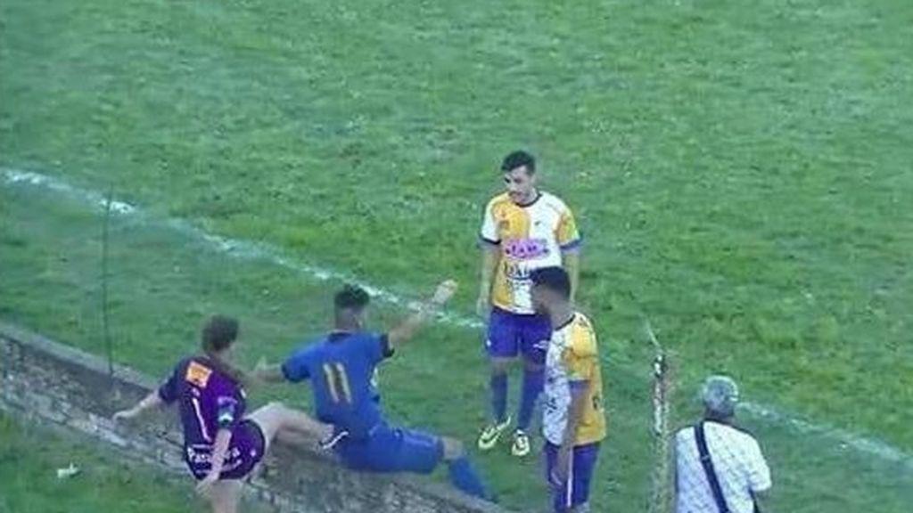 Una aficionada propina una salvaje patada por la espalda a un futbolista