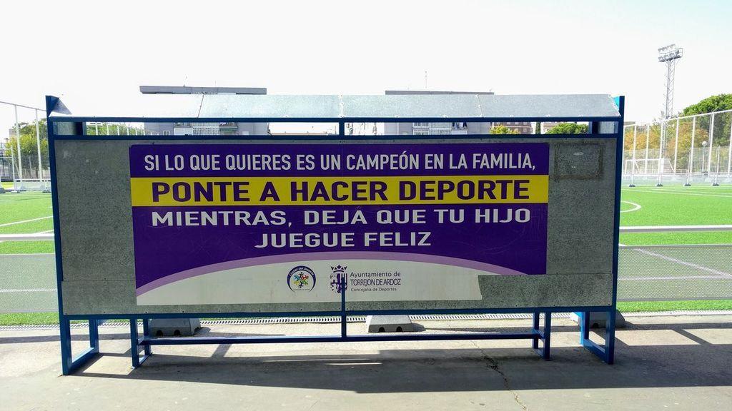El maravilloso cartel para concienciar a los padres sobre la presión a la que someten a sus hijos en el deporte que está arrasando en redes