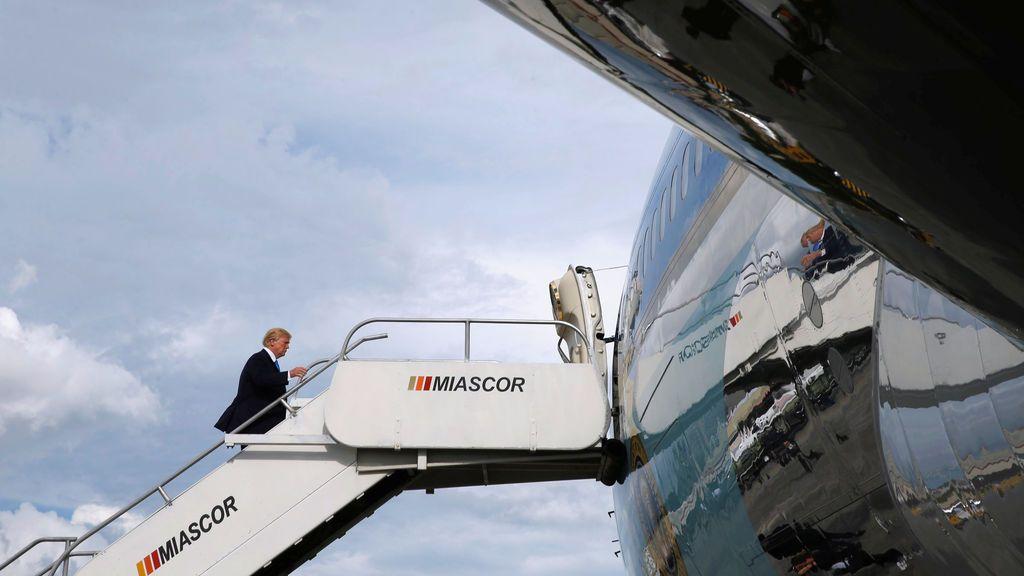 El presidente de EE. UU., Donald Trump, aborda Air Force One para partir cuando regrese a su hogar en los EE. UU. Desde el aeropuerto internacional Ninoy Aquino en Manila, Filipinas