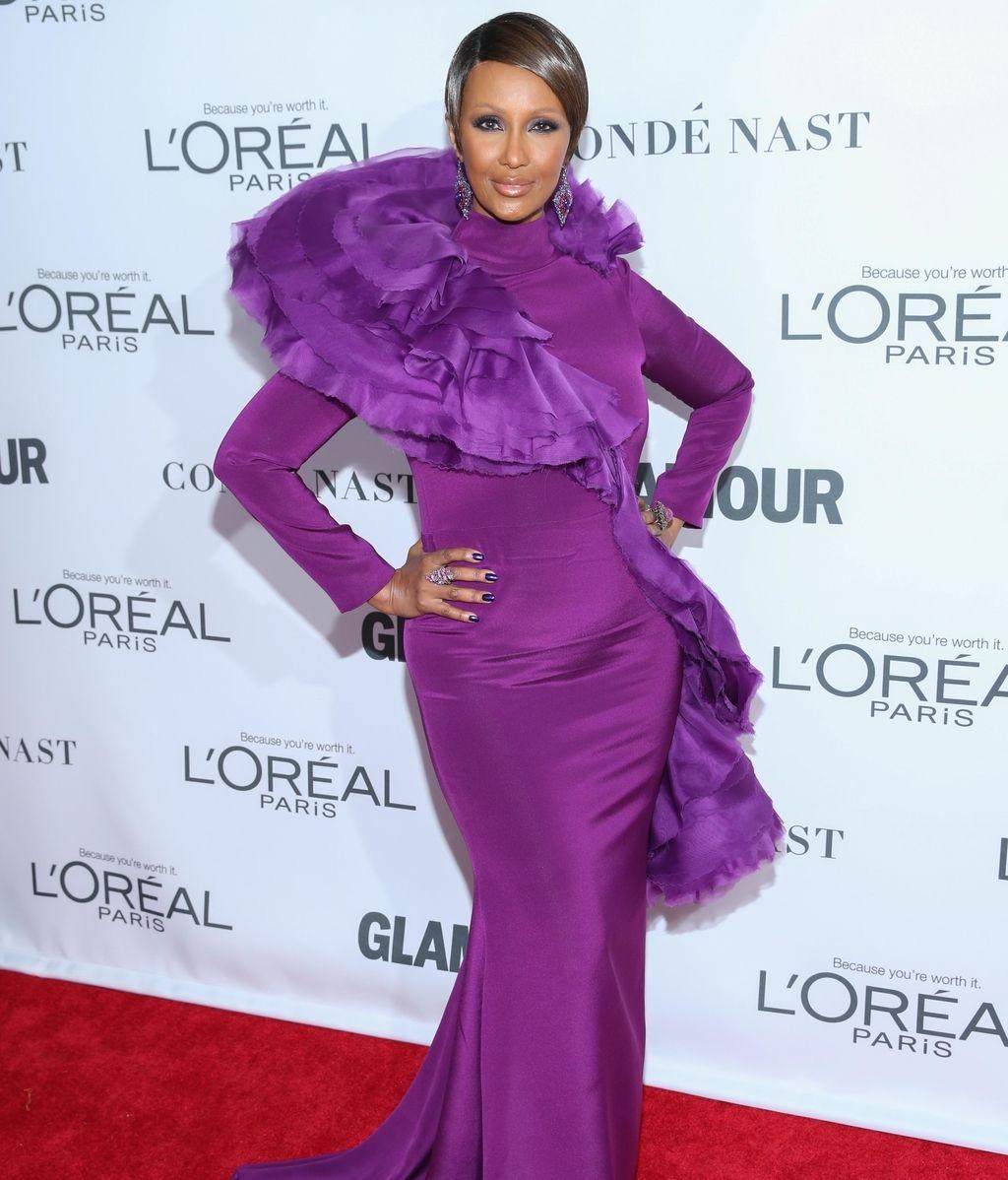 Iman reapareció muy cambiada con un look 'total púrpura' en vestido, joyas y uñas
