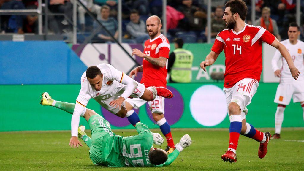 ¡Qué golpe! Rodrigo deja KO al portero ruso con un rodillazo involuntario en la cara y se tiene que retirar en camilla