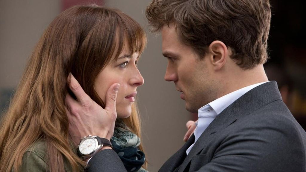 Anastasia Steele (Dakota Johnson) y Christian Grey (Jamie Dorman) en la película '50 sombras de Grey'.