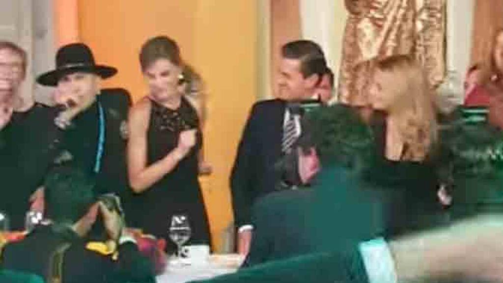 El divertido baile de la Reina con uno de los cantantes de Black Eyed Peas en México