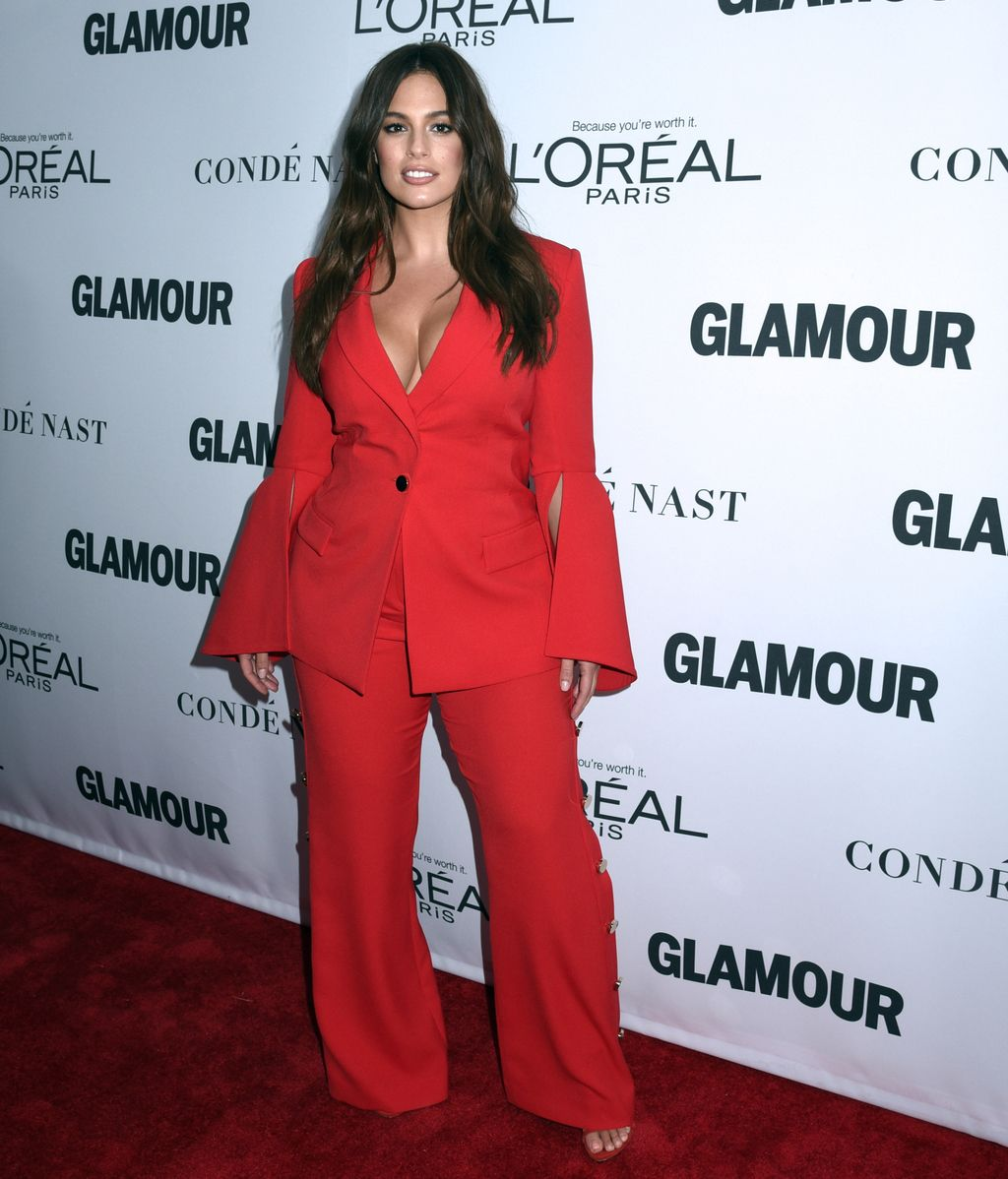 Ashley Graham, de Prabal Gurung, apostó por el color de la temporada con traje de chaqueta y pantalón
