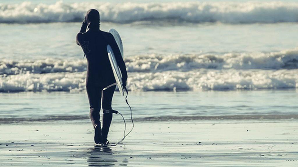 ¿Surfear en invierno? claves para seguir cogiendo olas y no una pulmonía