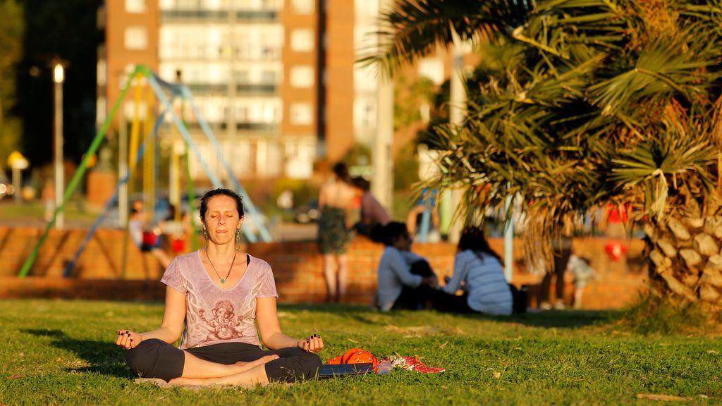 La gente disfruta del clima en el paseo marítimo de Montevideo