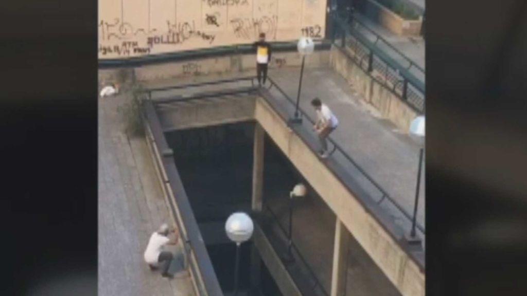 Práctica extrema del Parkour en la zona de Azca de Madrid
