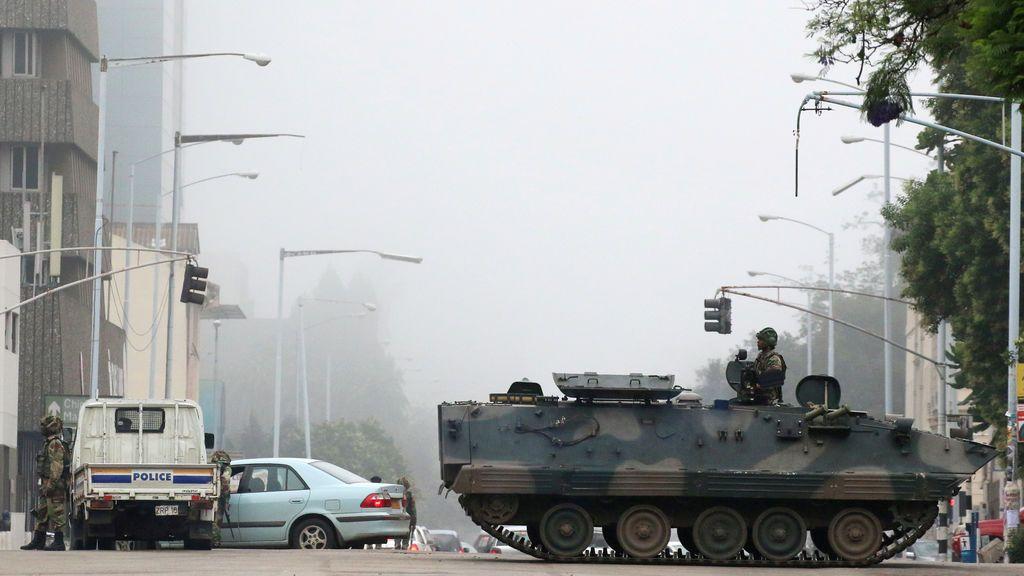 Vehículos militares y soldados patrullan las calles en Harare, Zimbabwe