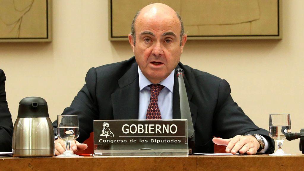 Guindos dice que la bajada del salario medio en España se debe a la caída de los más altos