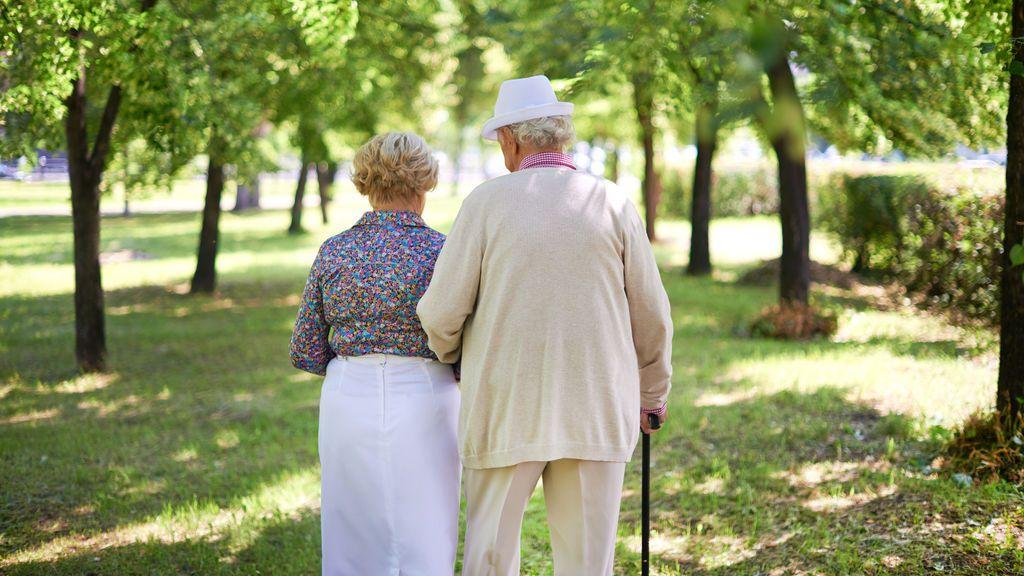 Tras 70 años de amor, mueren el mismo día en su jardín