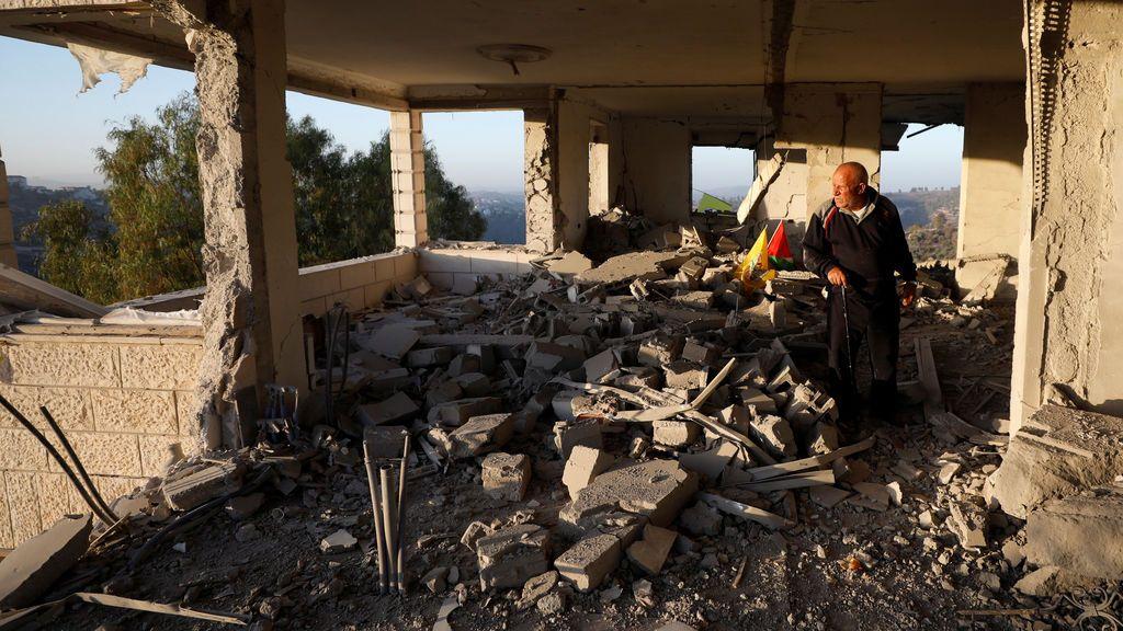 Un hombre observa los restos de la casa del asaltante palestino Nemr al-Jamal después de que fue destruido por las tropas israelíes en la aldea cisjordana de Beit Surik, cerca de Jerusalén