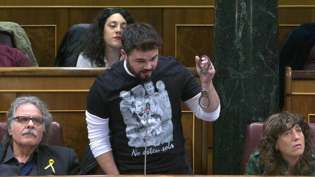 """Rufián saca unas esposas y dice que """"ojalá"""" Rajoy las lleve algún día"""