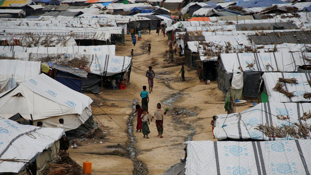 Refugiados rohingya caminan a lo largo de los refugios temporales en el campamento de refugiados de Kutupalong cerca de Cox's Bazar, Bangladesh