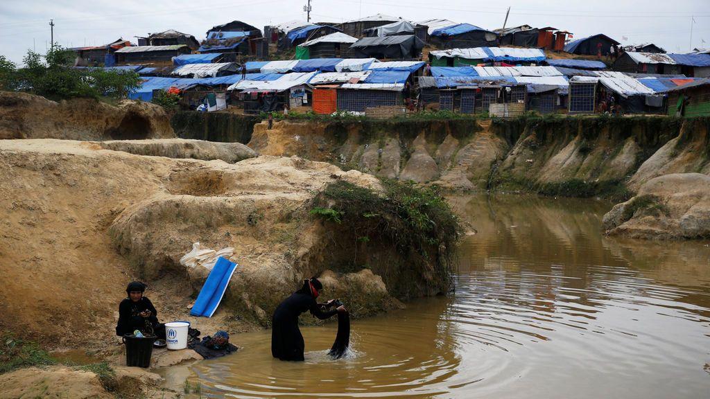 Una mujer refugiada Rohingya lava su ropa en el canal en el campo de refugiados de Kutupalong cerca de Cox's Bazar, Bangladesh