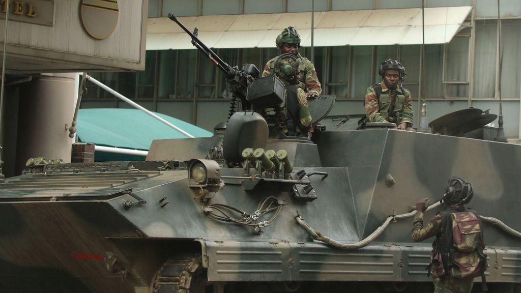 Los soldados se ven en el vehículo blindado fuera del parlamento en Harare, Zimbabwe