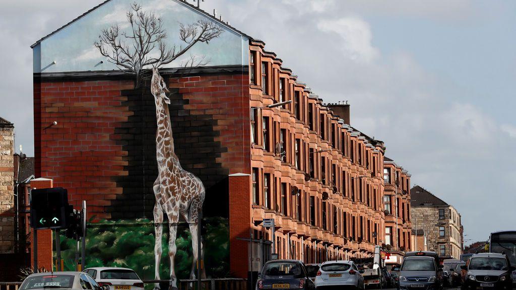 Un grafiti en el lateral de una fachada de un edificio escocés