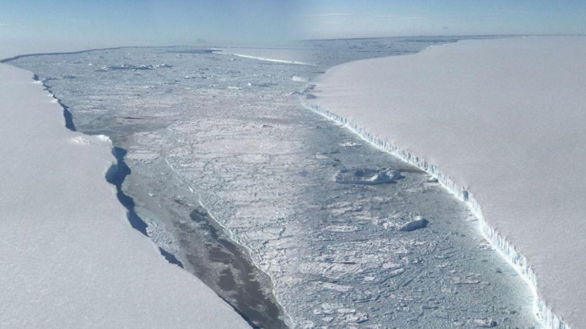 El iceberg gigante A68 a la deriva en mar abierto