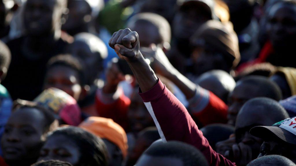 Un seguidor del partido de la oposición keniata alza el puño durante una manifestación