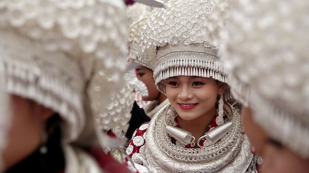 Mujeres etíopes Miao vestidas con trajes tradicionales participan en un desfile durante el tradicional festival Lusheng (instrumento de viento de caña) en Gulong, provincia de Guizhou, China