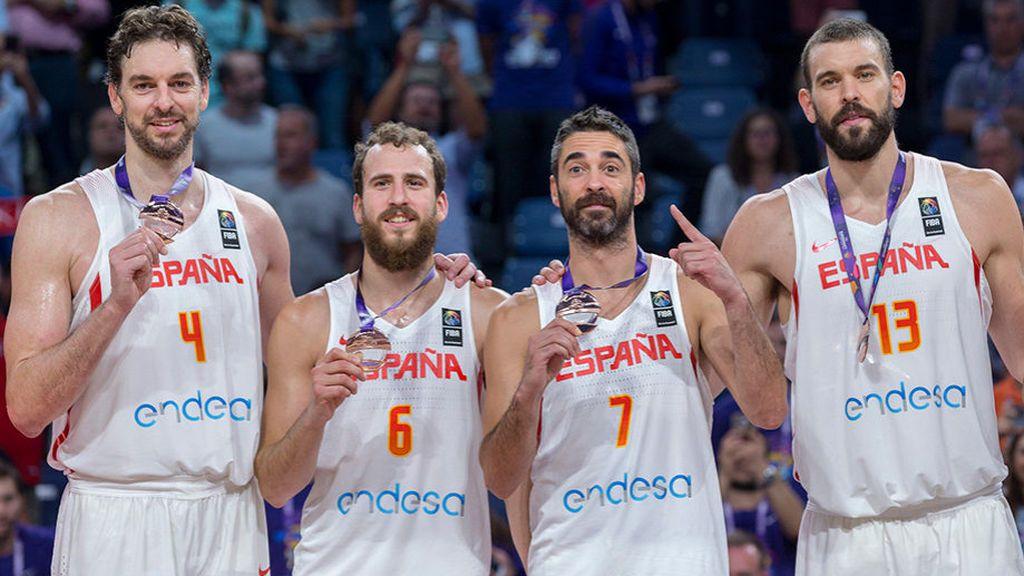 Pau Gasol, Sergio Rodríguez, Juan Carlos Navarro y Marc Gasol posan con el bronce conseguido por la selección española de baloncesto en el Eurobasket 2017, emitido por Mediaset.