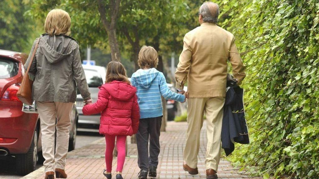 Dejar a los niños bajo el cuidado de sus abuelos, ¿perjudicial para su salud?
