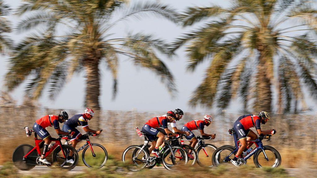 El presidente del Comité Olímpico de Bahrein y capitán del Bahrain Tri-Team, Sheikh Nasser bin Hamad Al Khalifa (R) entrena con el equipo durante una sesión de entrenamiento abierta para The Ironman 70.3 Middle East Championship Bahrain que se celebrará el 25 de noviembre de 2017