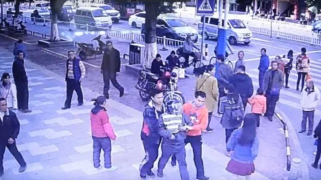 Un padre encuentra a su hijo secuestrado mientras compara en un mercado en China