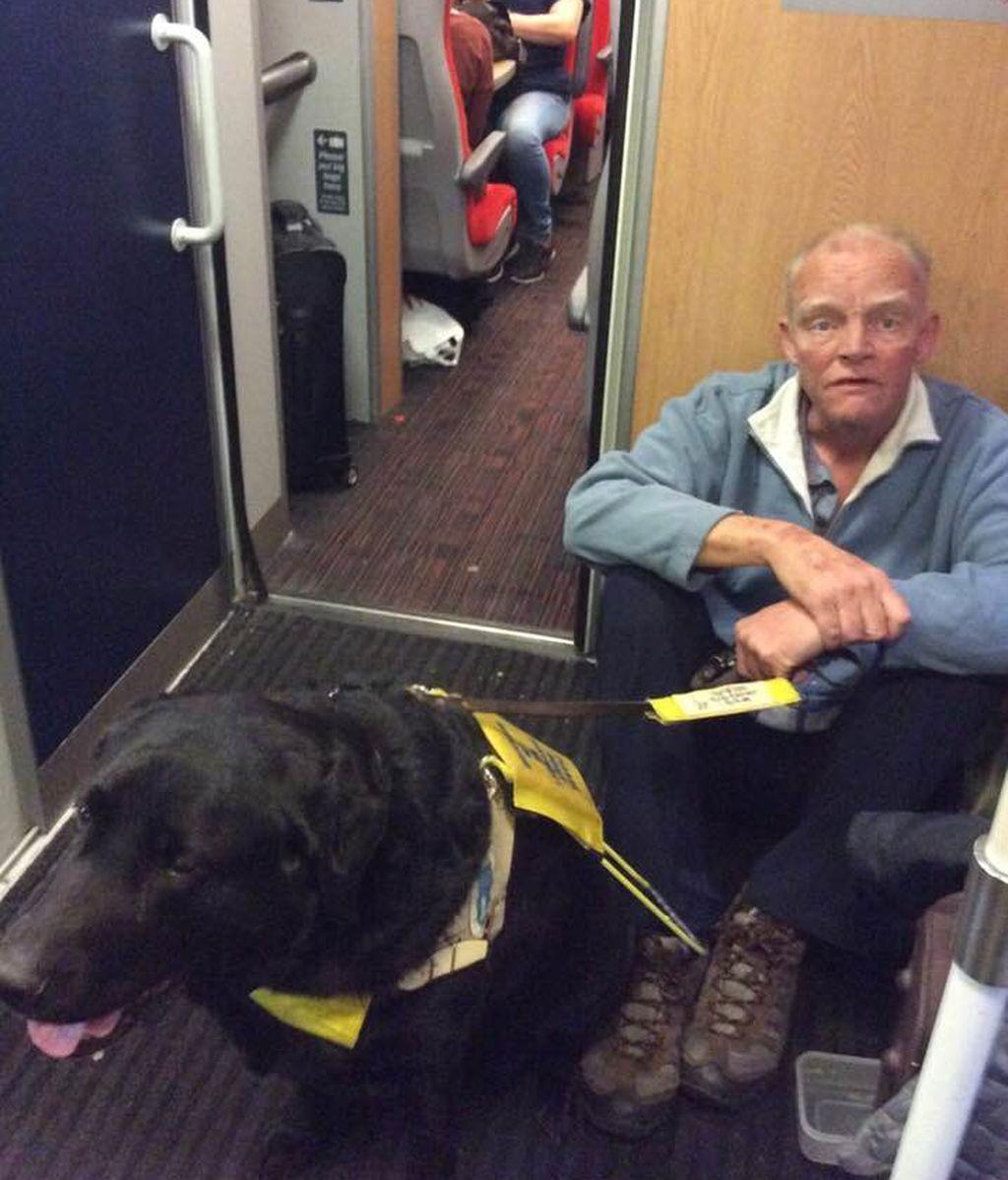 Un pasajero ciego viaja tres horas sentado en el suelo del tren porque el maquinista se niega a buscarle un asiento