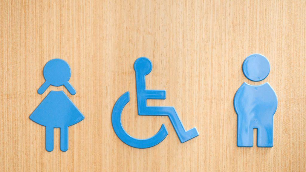 Inicia un debate al publicar que su marido lleva a su hija al baño de mujeres
