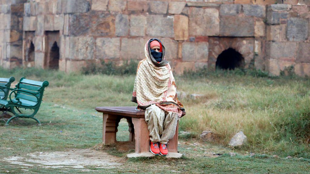 Una mujer se sienta en un banco en un parque en Nueva Delhi, India el 20 de noviembre de 2017