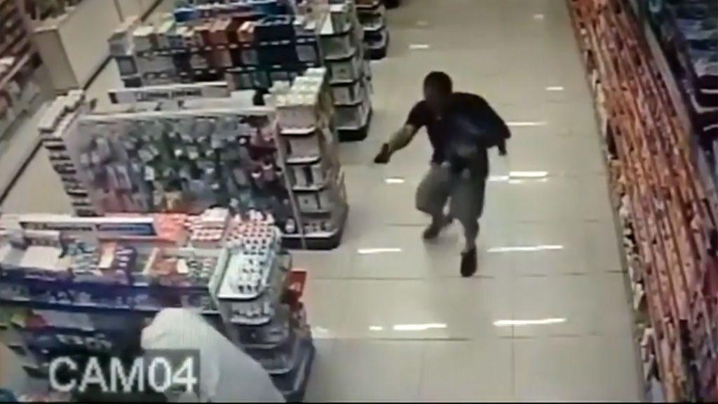 Un policía fuera de servicio dispara a dos asaltantes con su bebé en brazos