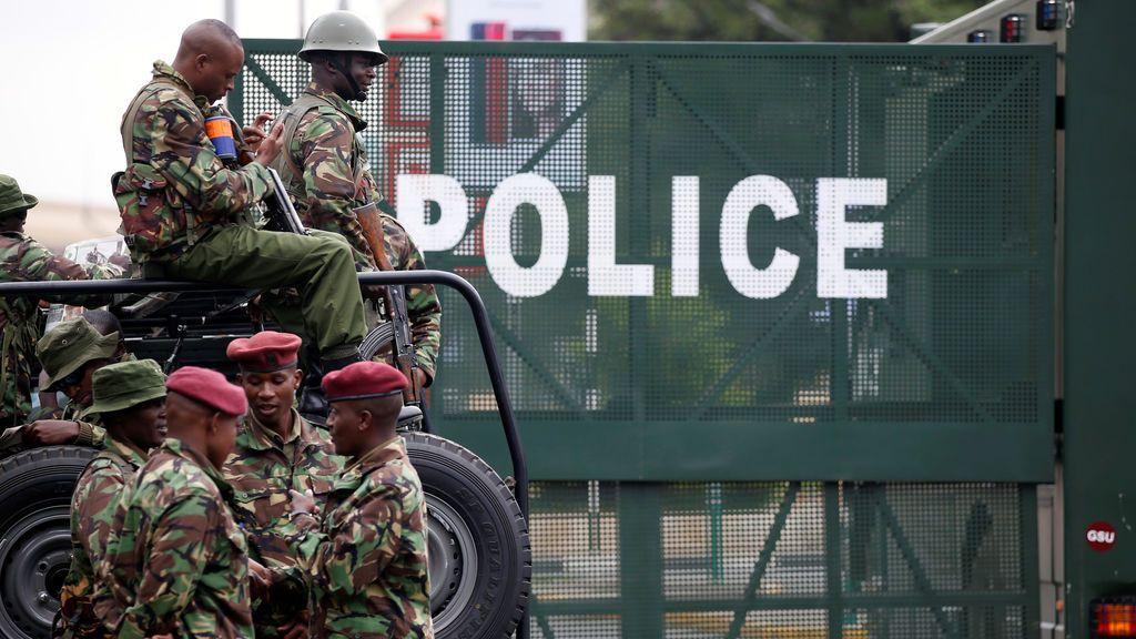 La policía sella carreteras cerca de la Corte Suprema de Kenia en Nairobi, Kenia el 20 de noviembre de 2017
